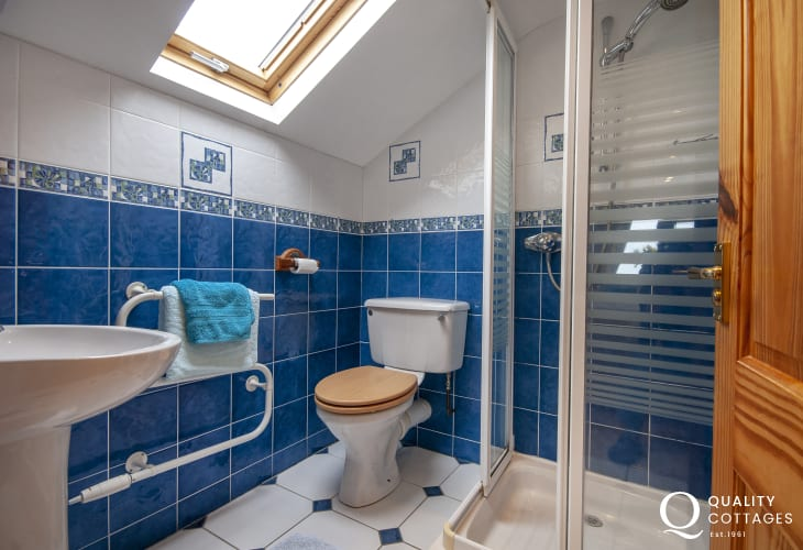 Broad Haven holiday cottage - master en-suite shower