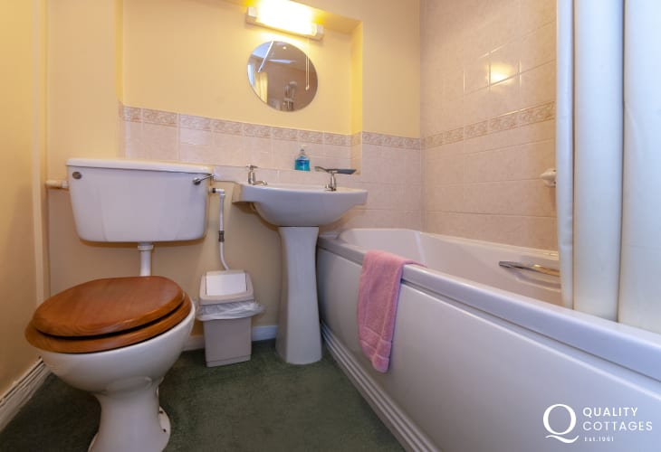 Broad Haven holiday cottage - family bathroom with shower over bath