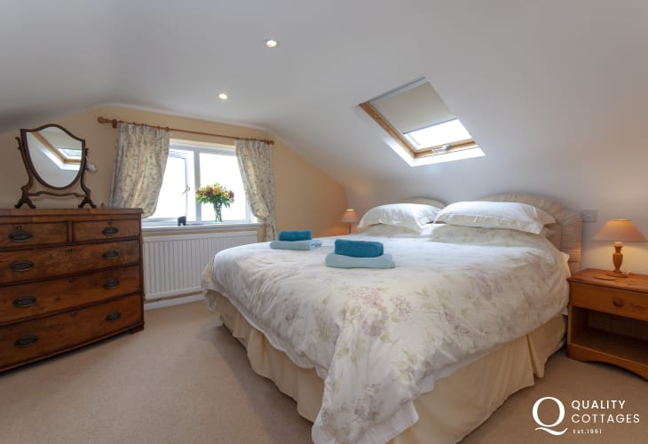 North Pembrokeshire cottage - Super king size master bedroom ( can also be twin room) with sea views & en-suite shower