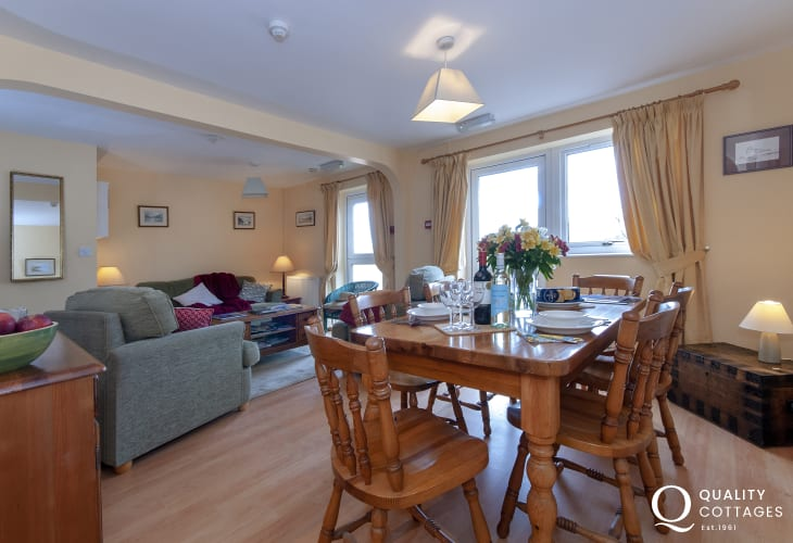 Broad Haven cosy holiday cottage with open plan living/dining/kitchen