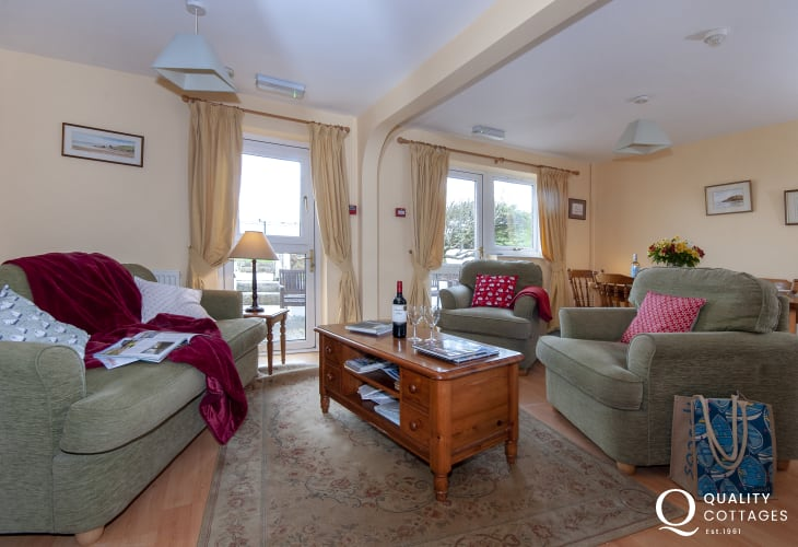 Little Haven holiday cottage - open plan living/dining/kitchen area