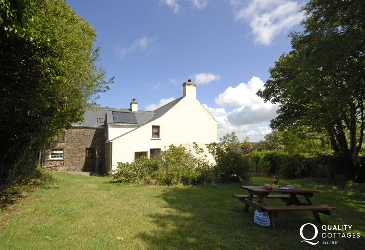 Newgale Farmhouse for holidays - garden