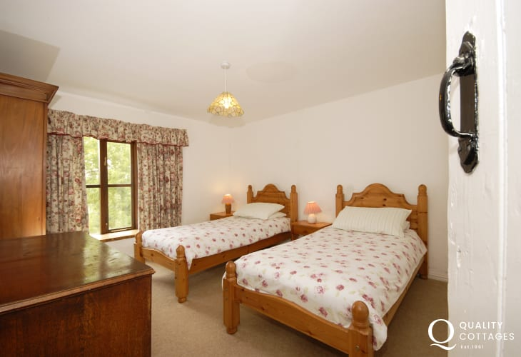 Rural holiday home in Pembrokeshire sleeping 10 - twin