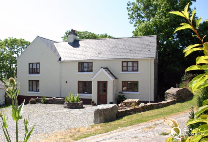 Newgale self-catering holiday farmhouse - dogs very welcome