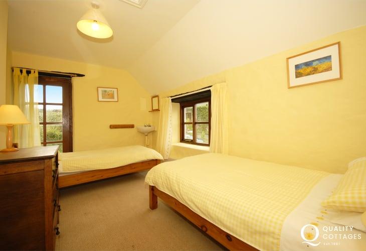 Newgale holiday home sleeps 10 - twin room
