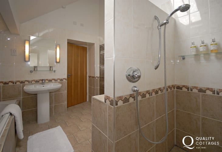 Solva holiday house - king size en-suite bath/ wet room