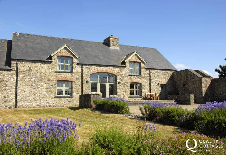 Solva spacious modern barn conversion on the Pembrokeshire Coast - pets welcome