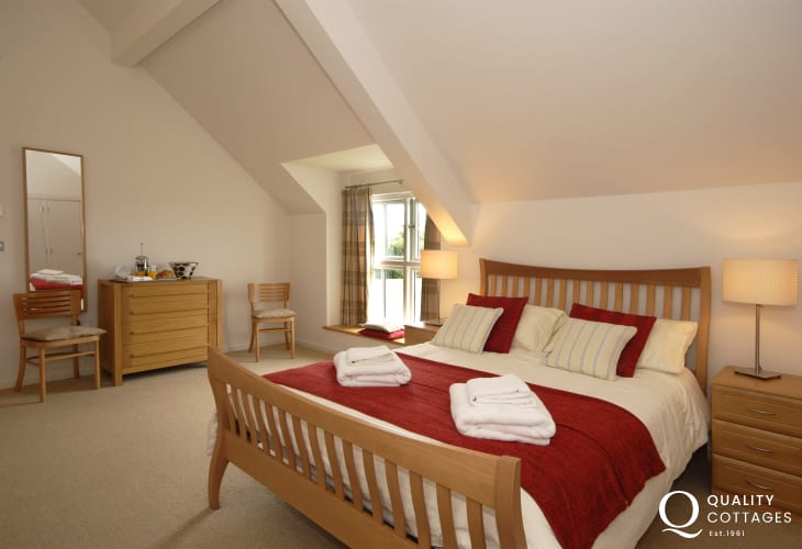 St Davids holiday house sleeps 8 - spacious king size master en-suite