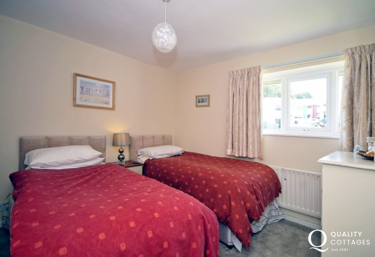 Borth y Gest holiday cottage - twin bedroom