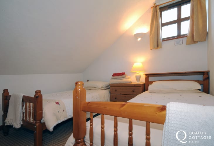 Holiday cottage near Welsh Highland Railway - twin bedroom
