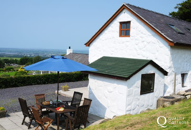 Holiday cottage on Welsh coast with panoramic Snowdonia National Park views.