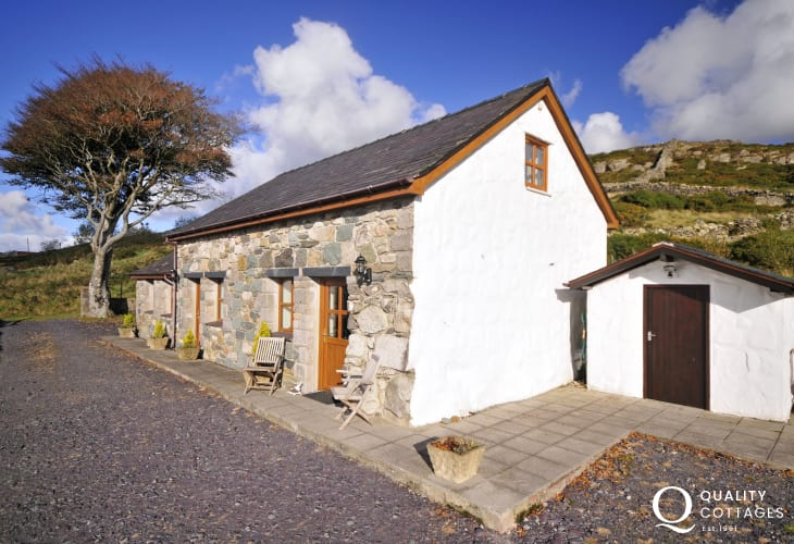 Holiday cottage near Caernarfon & Snowdon with superb panoramic Snowdonia National Park views