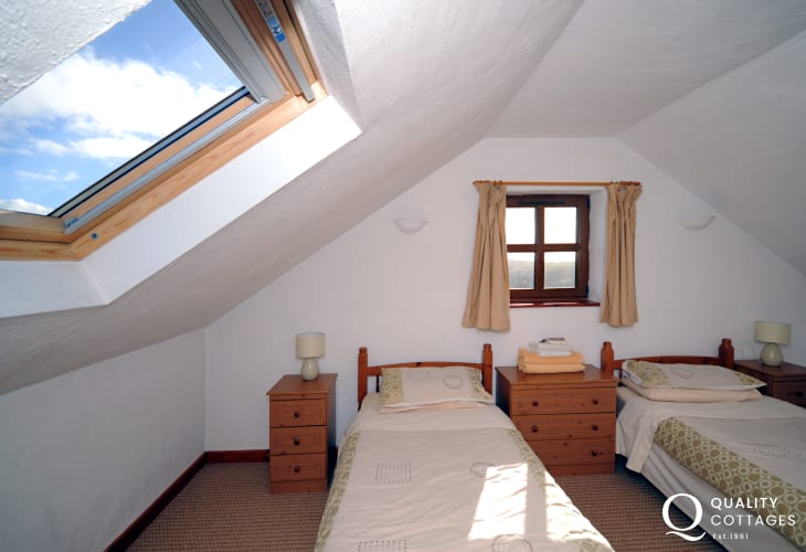 Holiday cottage near Caernarfon - twin bedroom