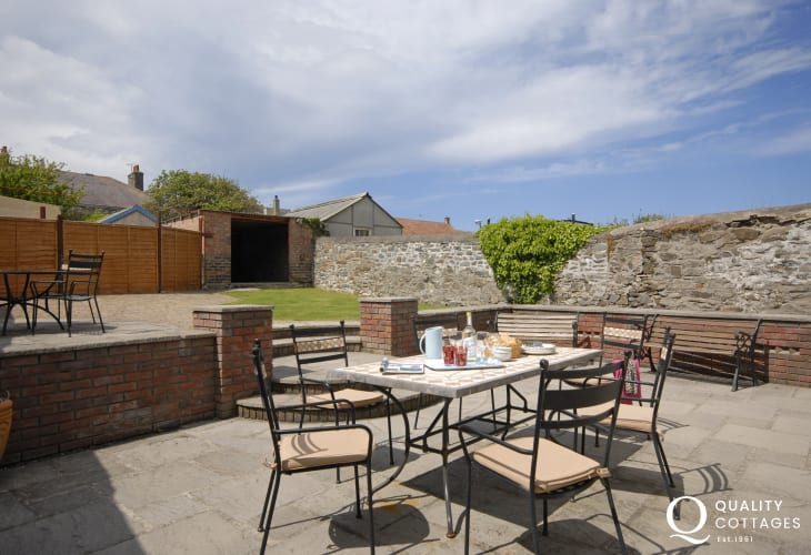 Holiday cottage near New Quay  - enclosed rear sheltered patio and garden