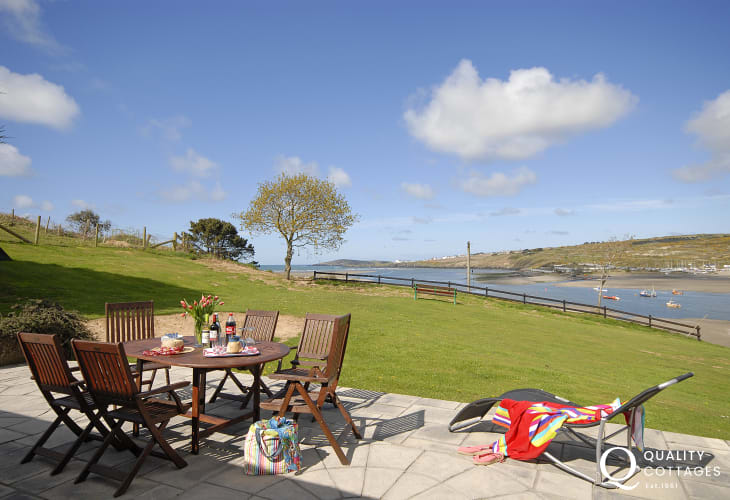 Poppit Beach holiday bungalow with dramatic views across Poppit Sands and the Teify Estuary towards Gwbert and Cardigan Island