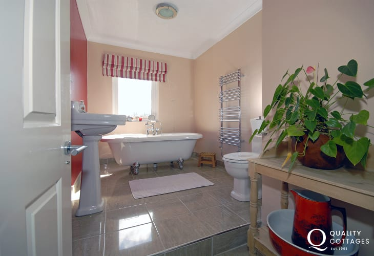 Cardigan Bay holiday home - luxury family bathroom