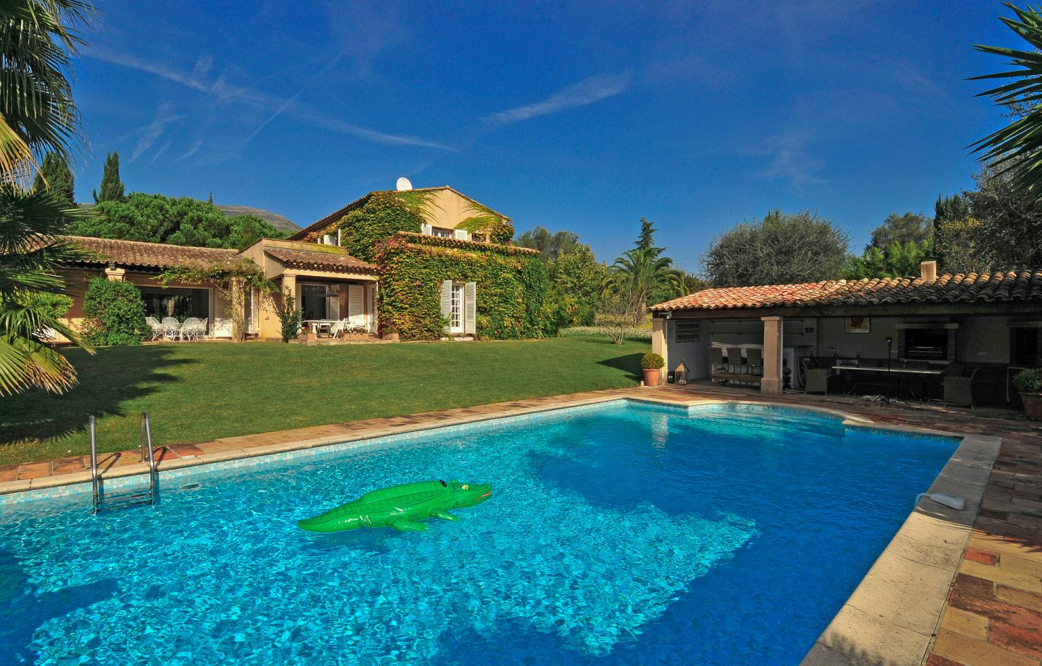 French Riviera villa with heated pool