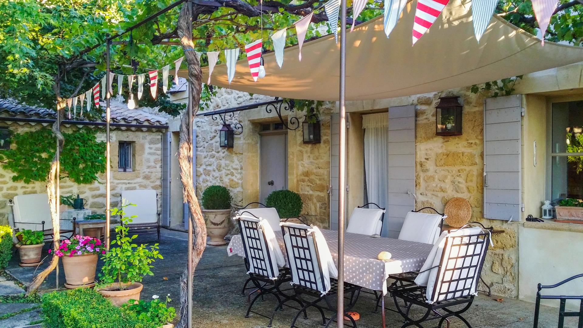 Villa Exterior, Douceur Provencale, Avignon, Provence.