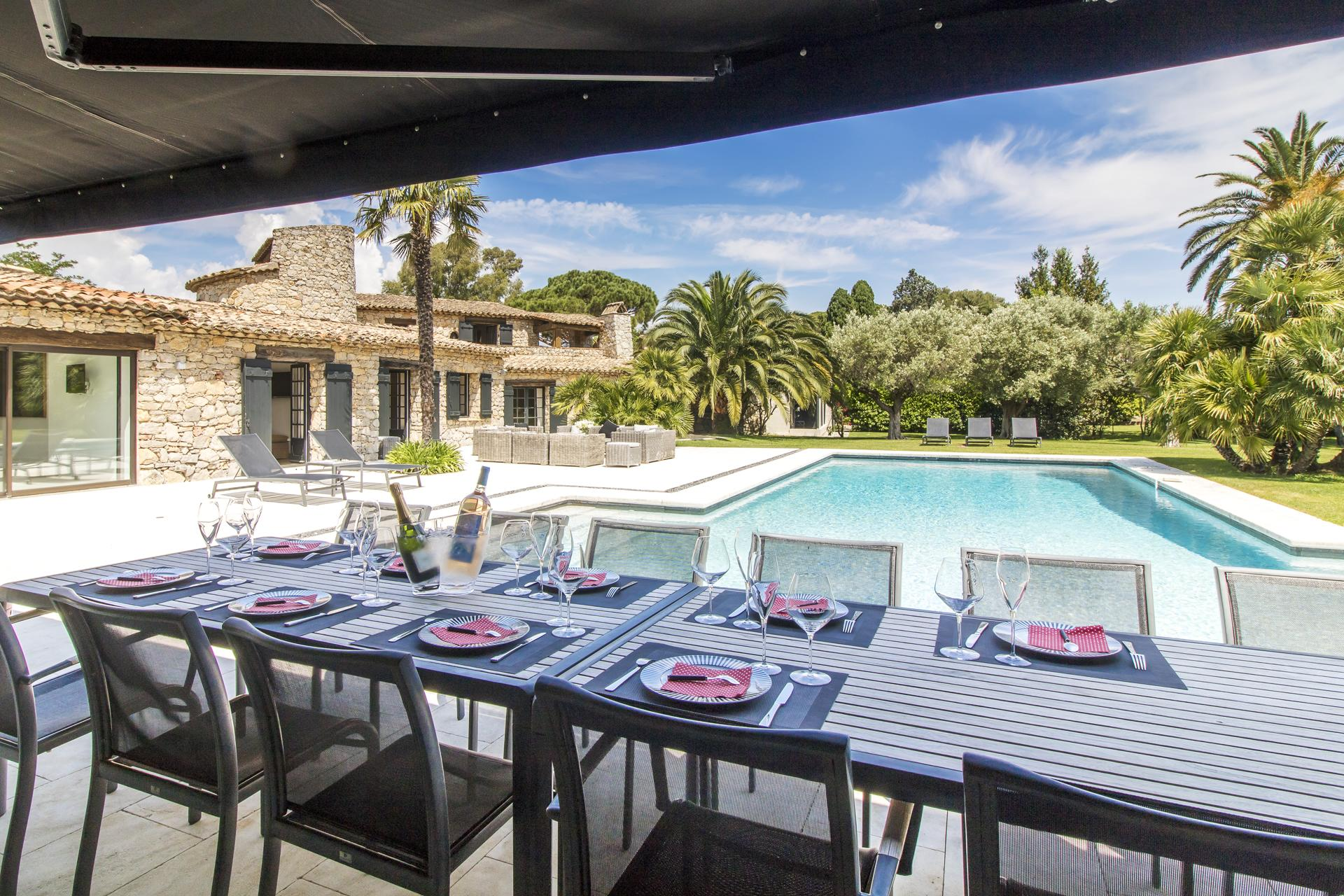Outdoor dining table next to pool, Belle de Gassin, St Tropez Var, Gassin.
