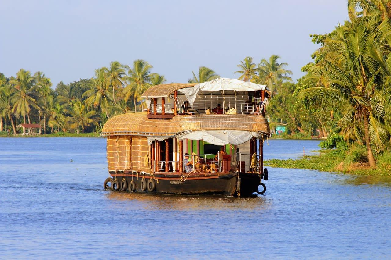 houseboat-kerala-2791119_1280