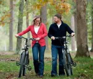couple pushing bikes
