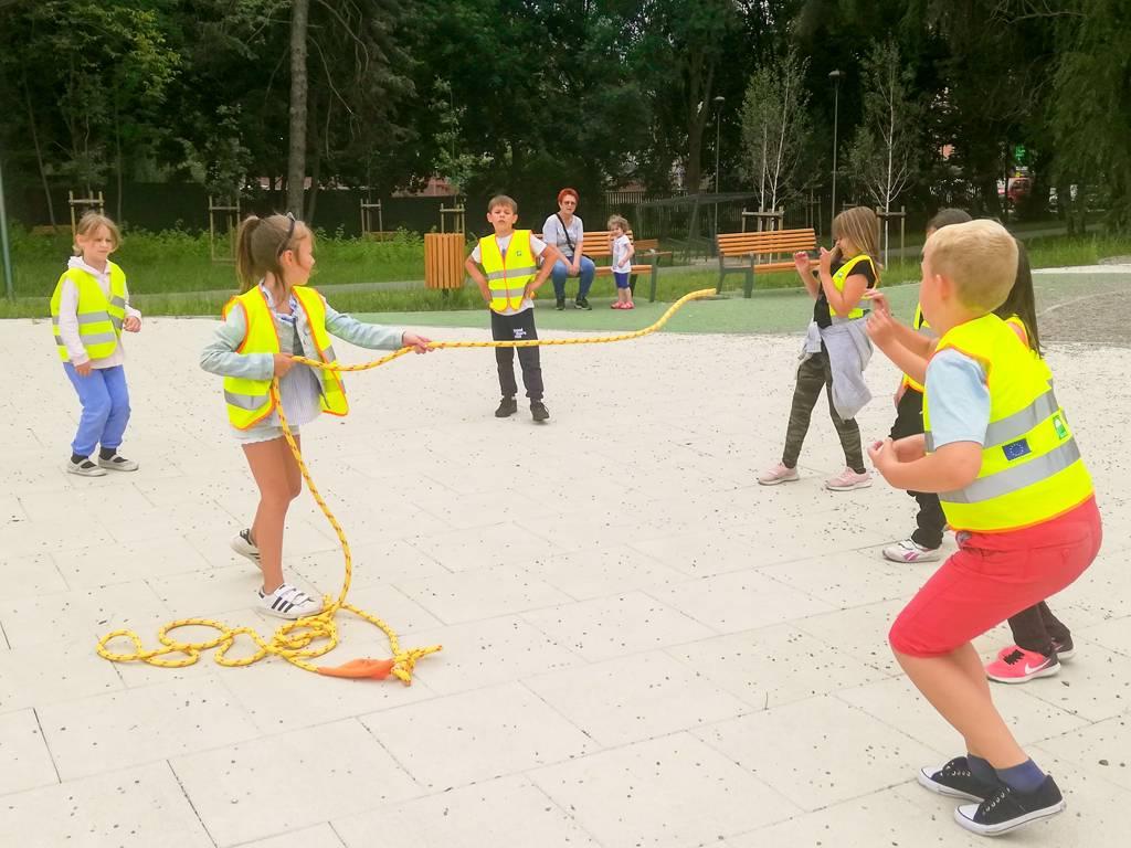 Dzieci na placu zabaw podczas przeciÄ…gania liny