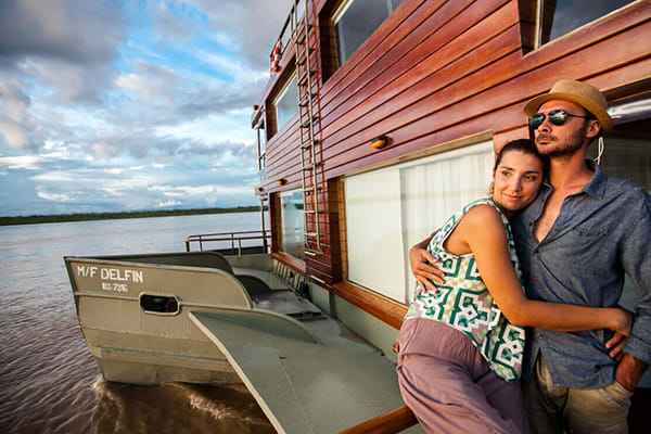 couple embracing front of ship delfin I