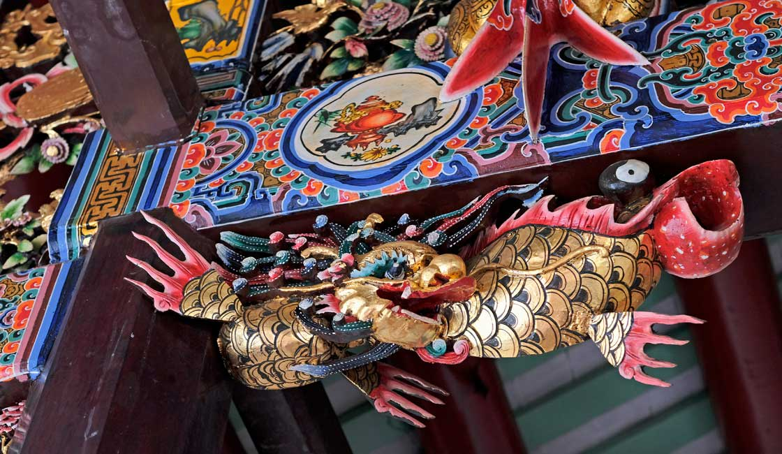 Dragon in the entrance to the temple