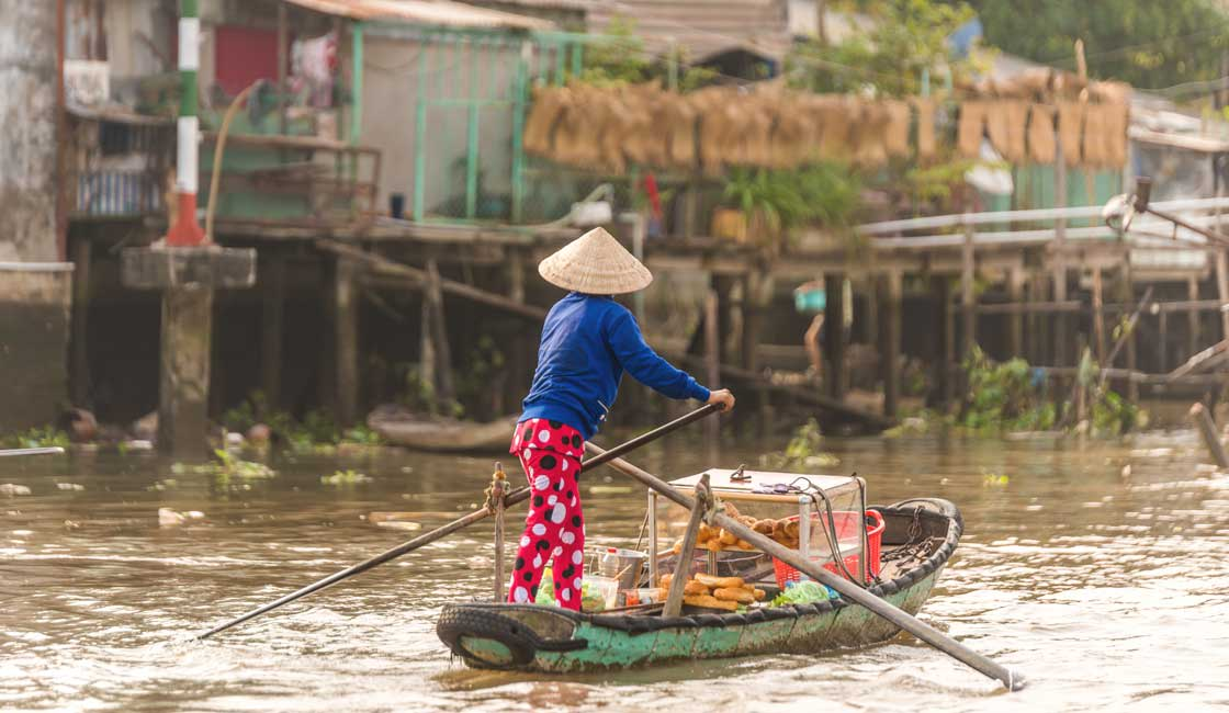 Vietnamese lady on her rowing boat