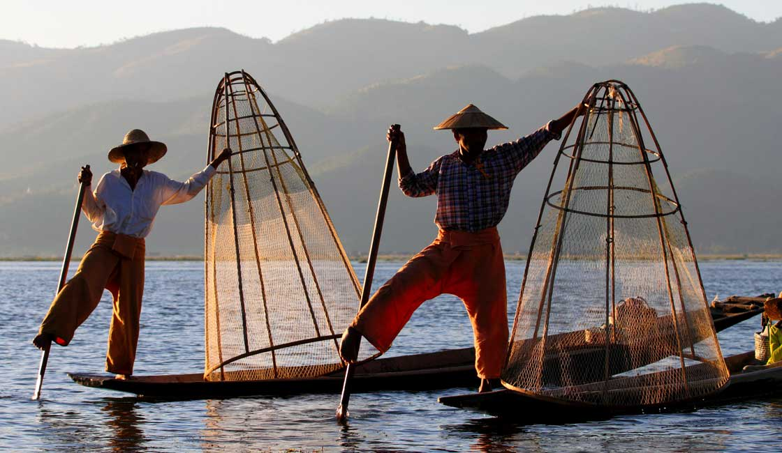 Fishermen on the boats at Inle Lake