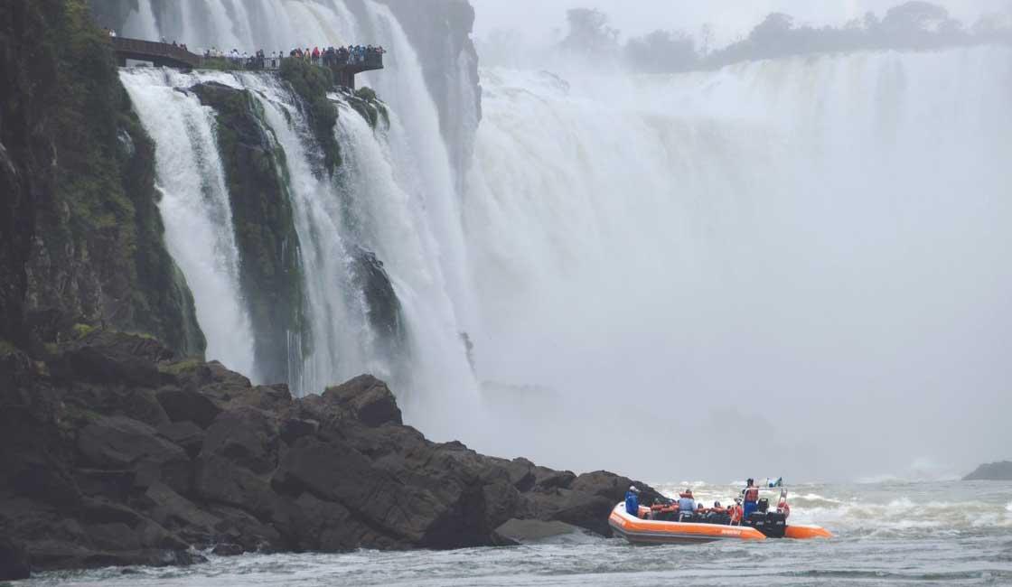 Boat approaching the Iguazu Fall