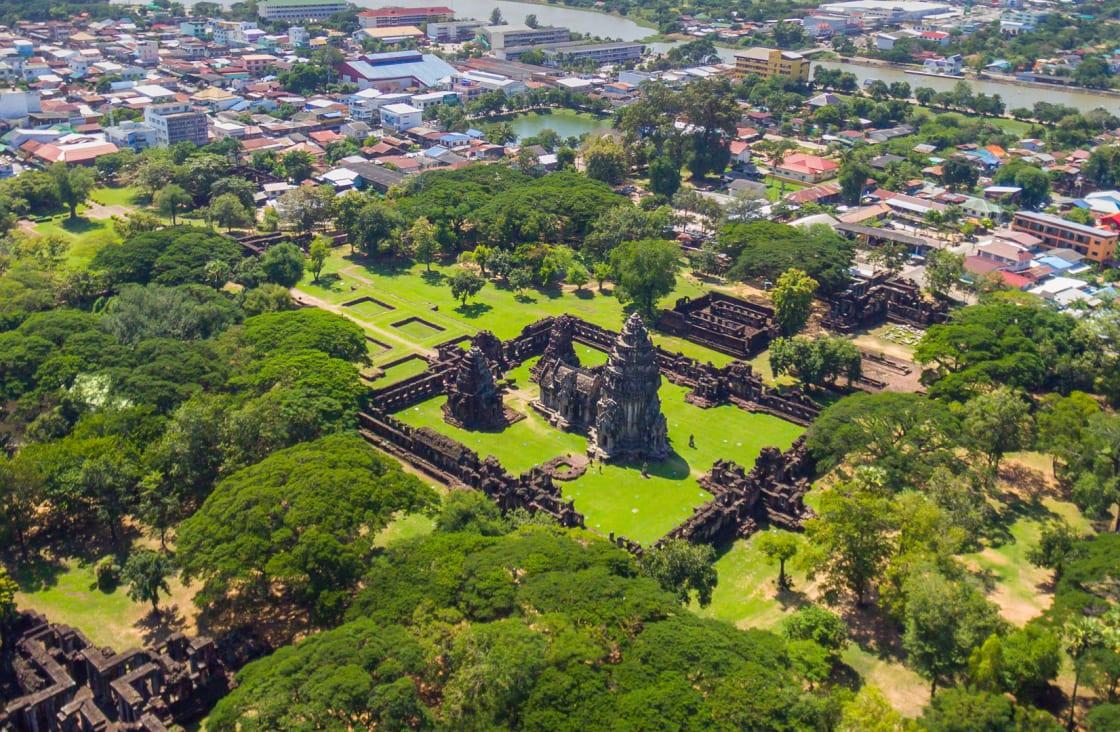 green gardens and temple at angkor wat