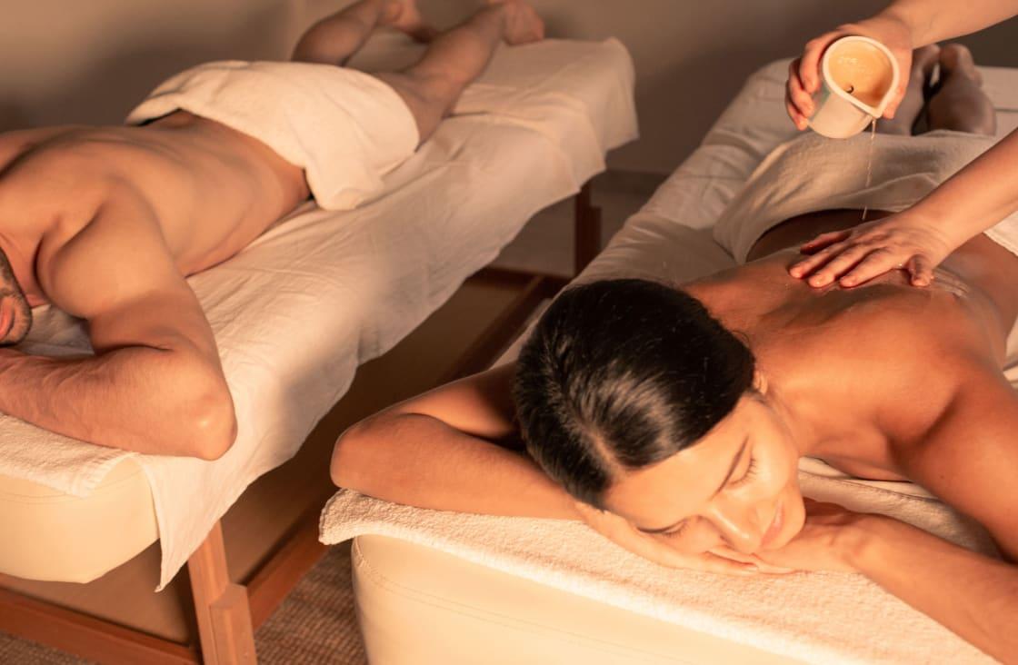 couple gettin a massage in bali