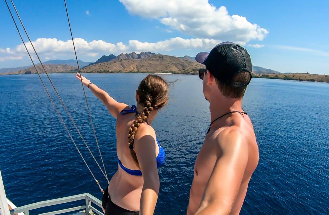 couple sailing in komodo
