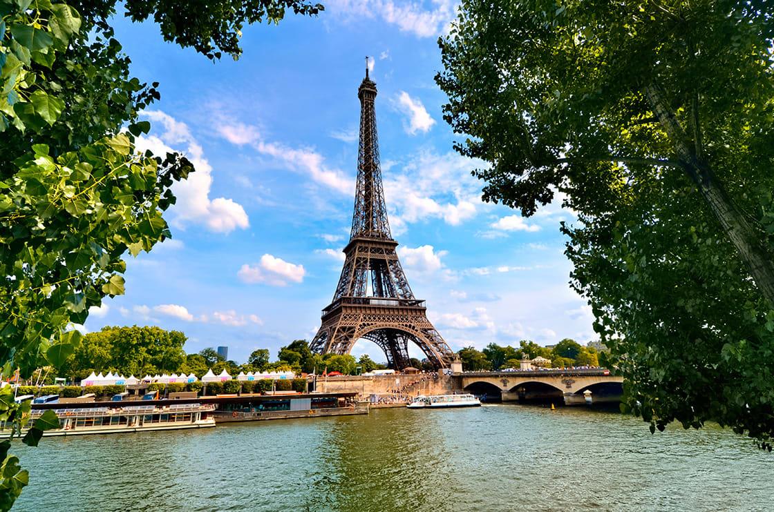 Eiffel,Tower,,Iconic,Paris,Landmark,Across,The,River,Seine