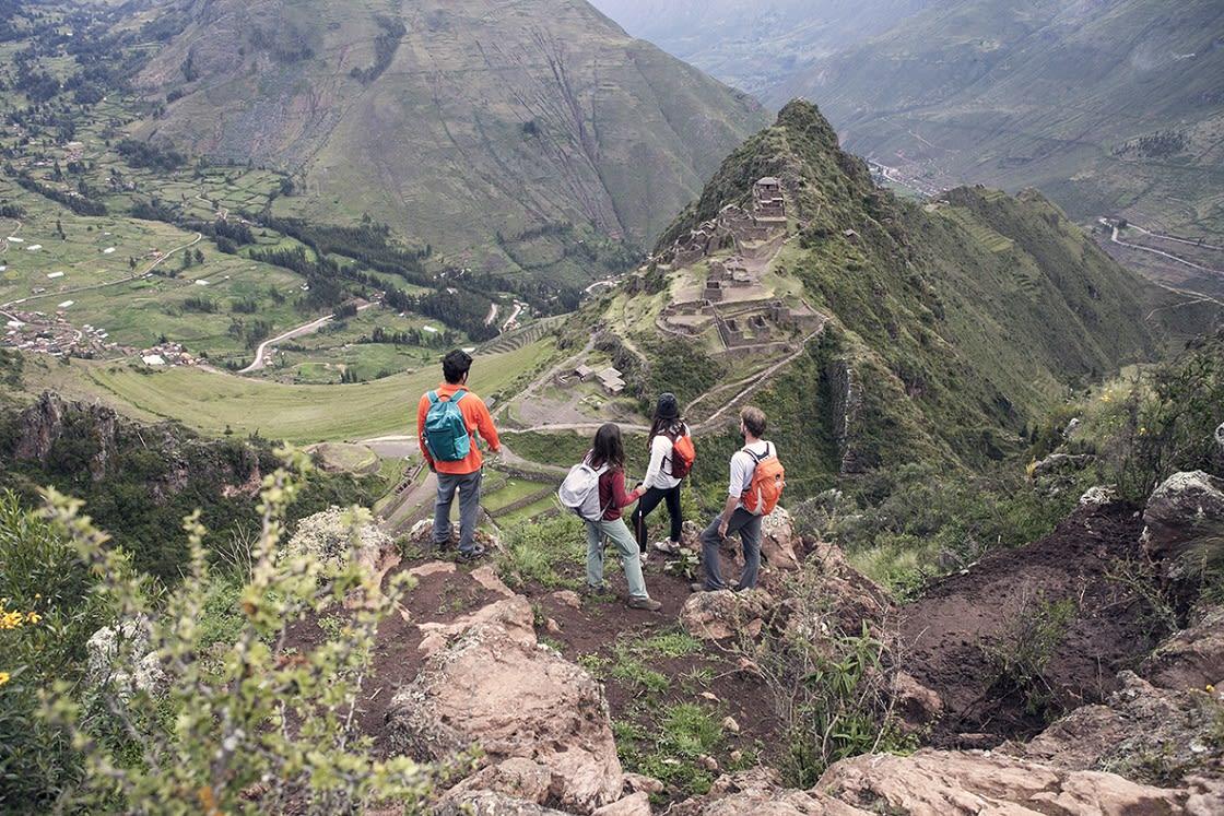 bunch of toruists treking near PIsac