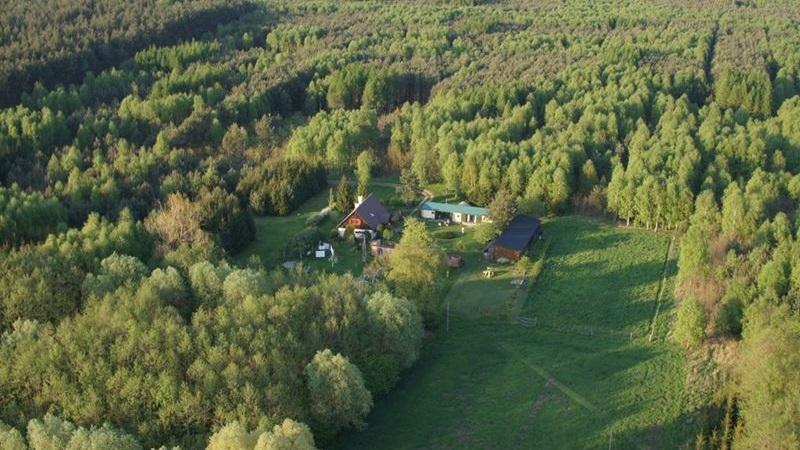 Chata Olenderska to pięknie położone, zaciszne gospodarstwo agroturystyczne, którego początki sięgają II połowy XVIII wieku.
