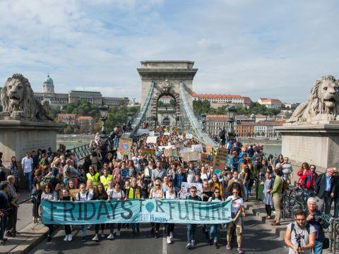 Több ezer ember a budapesti klímatüntetésen   ClimeNews - Hírportál