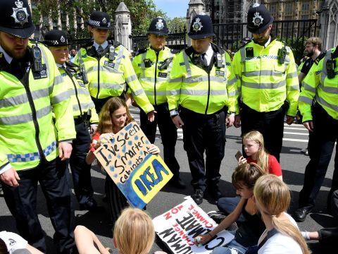 Különleges rendőri alakulatokat vezényelnek az Extinction Rebellion gyülekezőhelyeire | ClimeNews