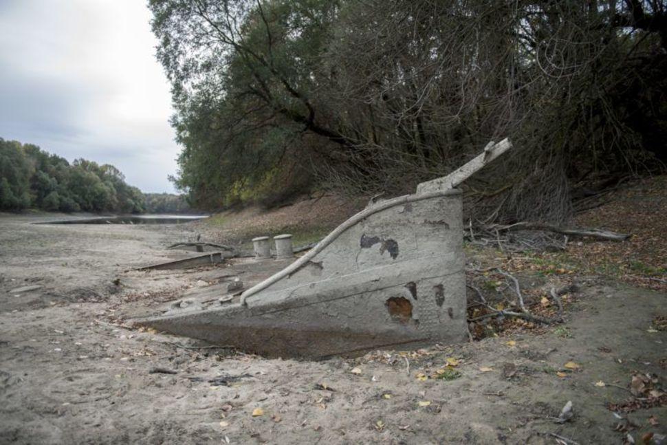 A Duna alacsony vízállása miatt felszínre került hajóroncs a Külső-Béda holtágban a Baranya megyei Kölked közelében 2018. október 25-én – Fotó: Sóki Tamás