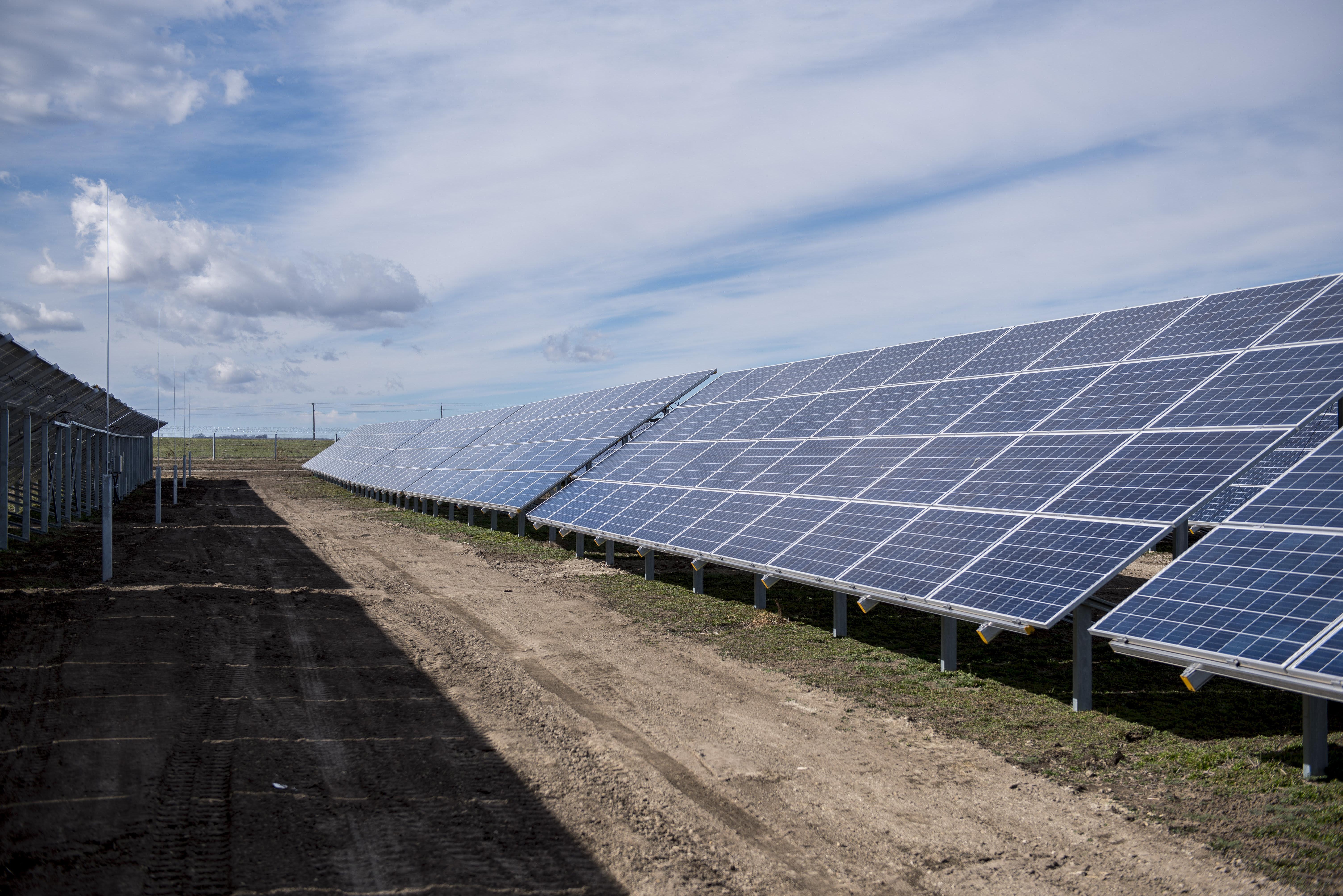 Átadták az ország legnagyobb naperőművét Pakson