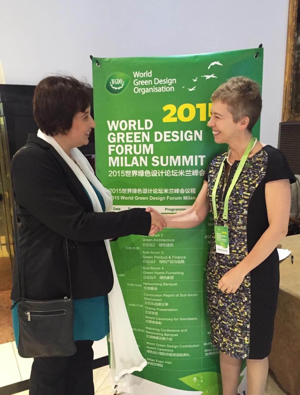 A képen Irene Pivetti az Only Italia és rendezvény elnöke köszönti Varga Virágot a www.carbononline.co és az iCC Brand alapítóját.