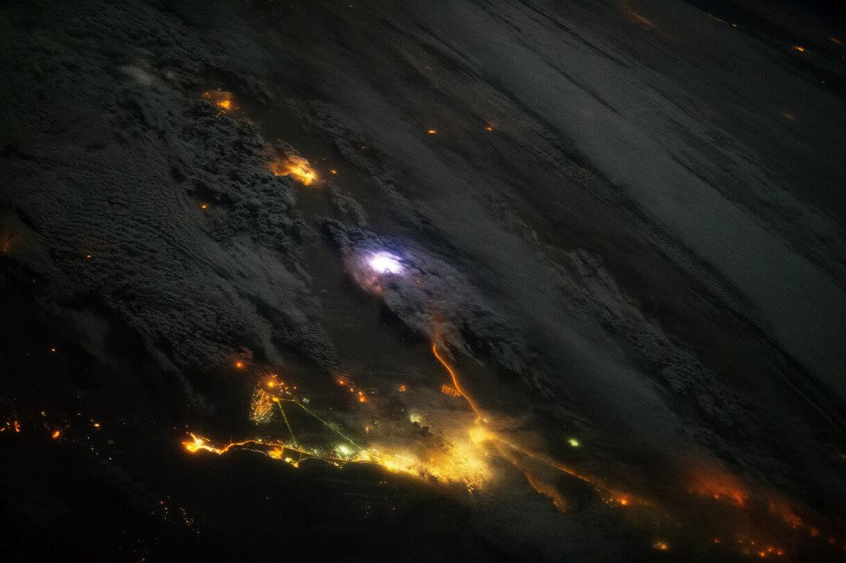 Az ISS-en készítették ezt a fotót egy kuvait felett becsapó villámról Forrás: NASA