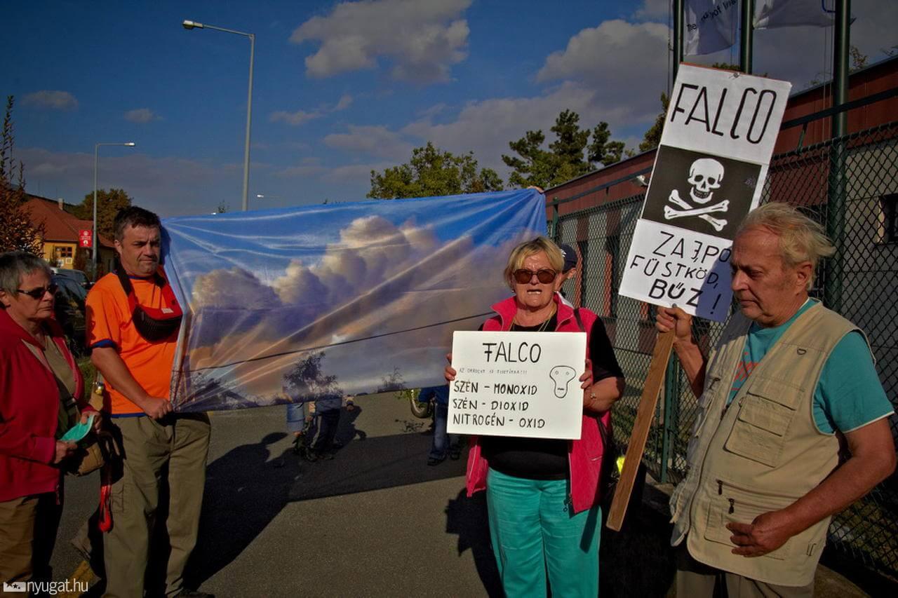 A Falco üzemcsarnok átadója 2012-ben (a kerítésnél lakosok tüntettek)Fotó: Garai Antal Atom
