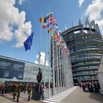 European Union flag - European Parliament - AFP PHOTO / PATRICK HERTZOG - Ratifikálta a párizsi klímamegállapodást az Európai Parlament - ClimeNews