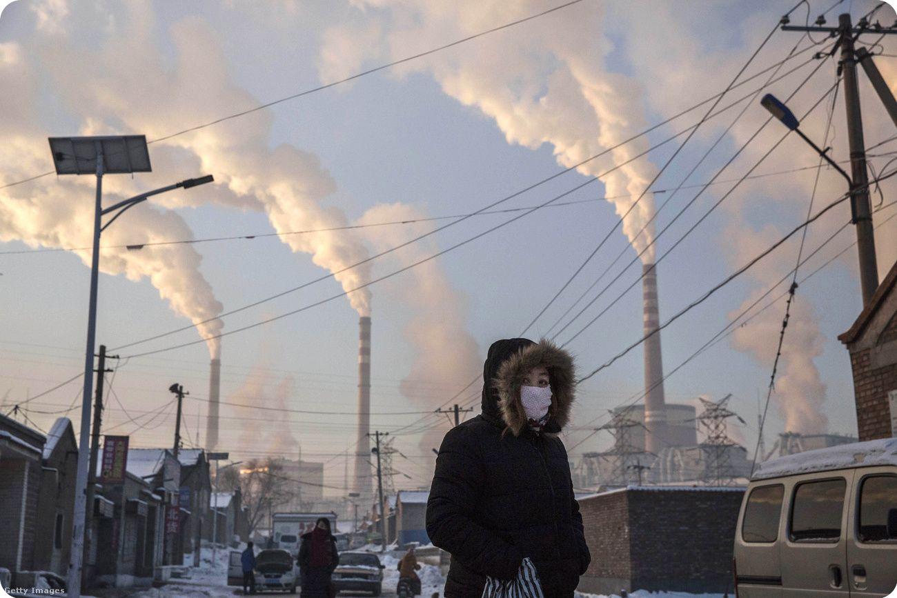 Kínai város Sanhszi tartományban a háttérben szénerőművekkel Fotó: Kevin Frayer / Getty Images Hungary | Climenews - Hírportál