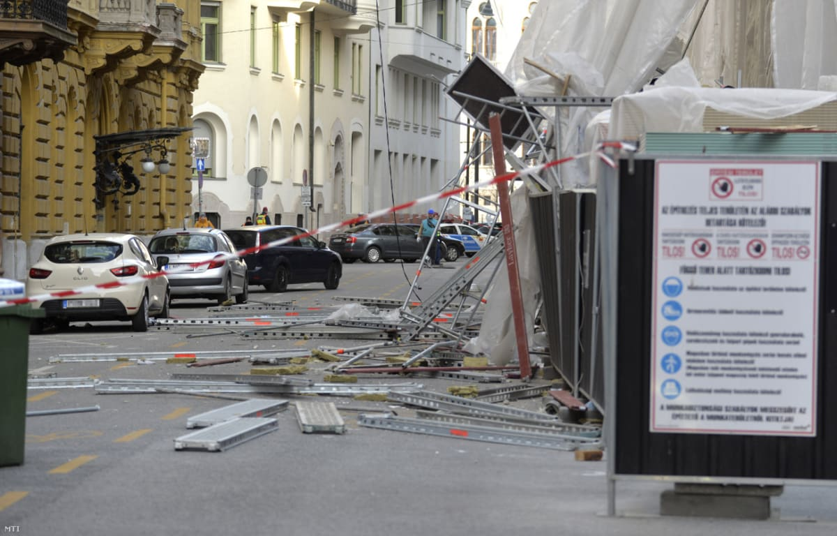 A viharos erejű szél miatt megrongálódott épületállványzat Budapesten, az Akadémia utcában 2019. március 11-én Fotó: Mihádák Zoltán