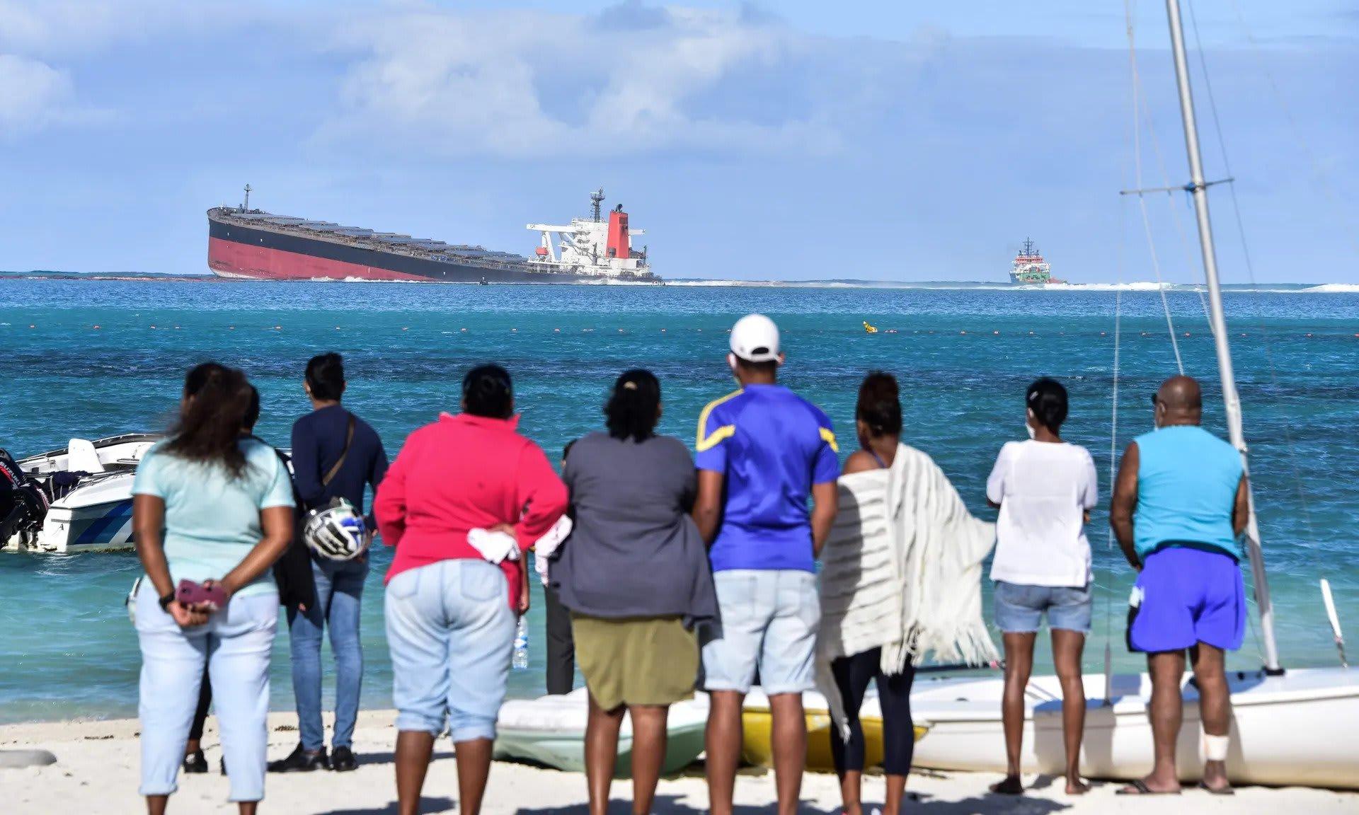 A helyiek szeme láttára törik ketté egy tankhajó Mauritiusnál