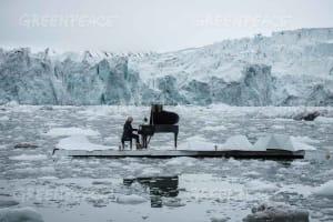 16/06/2016 Wahlenbergbreen Glacier, Svalbard, Norway Greenpeace holds