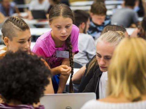 Greta Thunberg hétfőn más fiatal aktivistákkal Lausanne-ban. (Jean-Christophe Bott / Keystone) - ClimeNews